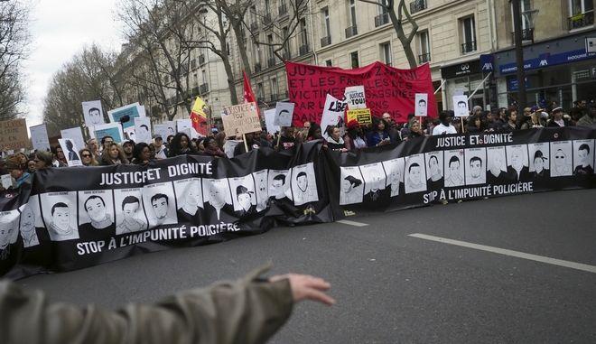 Χιλιάδες άνθρωποι διαδήλωσαν κατά της αστυνομικής βίας στο Παρίσι