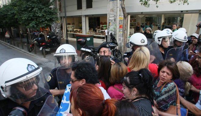 Ο Κικίλιας έθεσε αμέσως σε  διαθεσιμότητα τον αστυνομικό που χτύπησε την καθαρίστρια