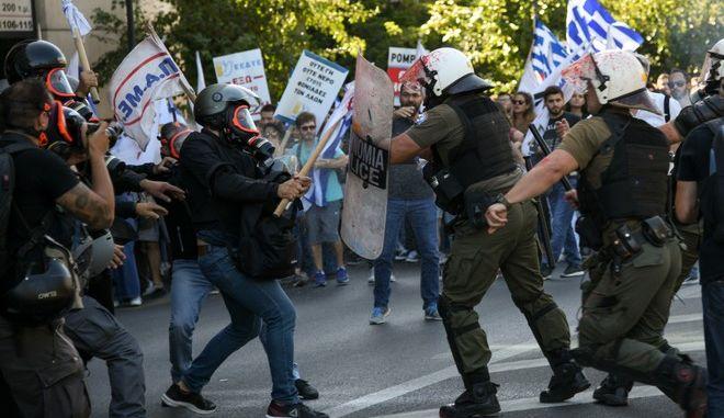 Από τα επεισόδια στην πορεία του ΚΚΕ, όταν διαδηλωτές πέταξαν μπογιά στο άγαλμα του Τρούμαν.