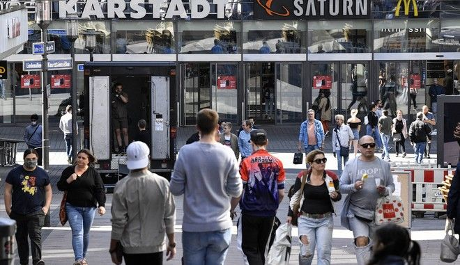 Κόσμος σε εμπορικό κέντρο στο Έσεν της Γερμανίας μετά την χαλάρωση των περιοριστικών μέτρων για τον κορονοϊό