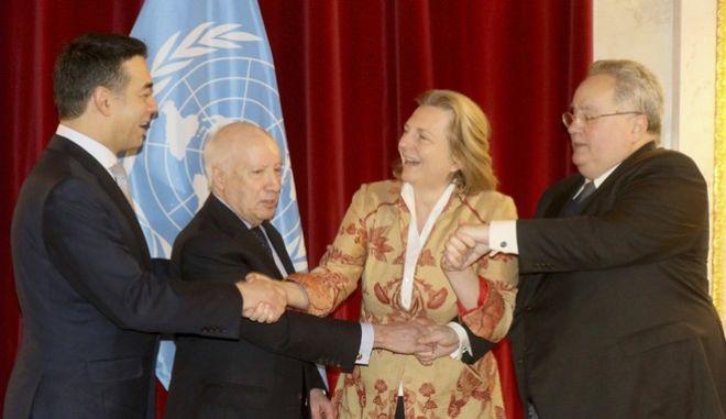 Στιγμιότυπο από την τριμερή συνάντηση για το Σκοπιανό στη Βιέννη