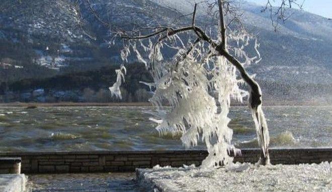 """Η παραλίμνιος των Ιωαννίνων έγινε κρυστάλλινη από την κακοκαιρία """"Μήδεια"""""""