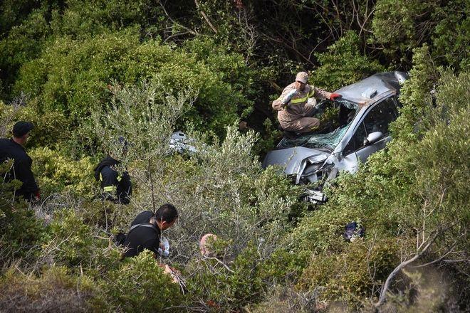 Νεκρός ανασύρθηκε από άνδρες της Πυροσβεστικής Υπηρεσίας Ναυπλίου και του ΕΚΑΒ Αργολίδος ένας ηλικιωμένος άνδρας που επέβαινε σε ΙΧ αυτοκίνητο και έπεσε σε γκρεμό, στην περιοχή Κονδύλι του δήμου Ναυπλιέων, το Σάββατο 21 Σεπτεμβρίου 2019. (EUROKINISSI/ΒΑΣΙΛΗΣ ΠΑΠΑΔΟΠΟΥΛΟΣ)