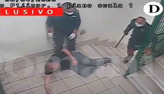 """Ιταλία: Βίντεο σοκ με άγριο ξυλοδαρμό κρατουμένων - """"Θα τους σκοτώσουμε σαν τα μοσχάρια"""""""