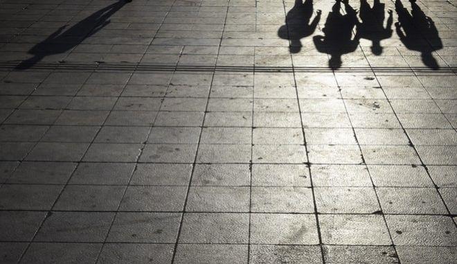 Σκιές ανθρώπων στην πλατεία Συντάγματος
