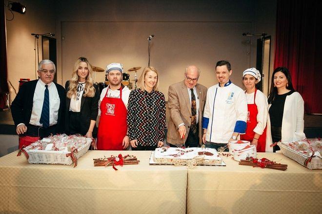 Η Δούκισσα με την Πρόεδρο της Ένωσης Μαζί για το Παιδί, Αλεξάνδρα Μαρτίνου, το Διοικητικό Συμβούλιο, τους εργαζομένους και τα παιδιά του Ιδρύματος Θεοτόκος.
