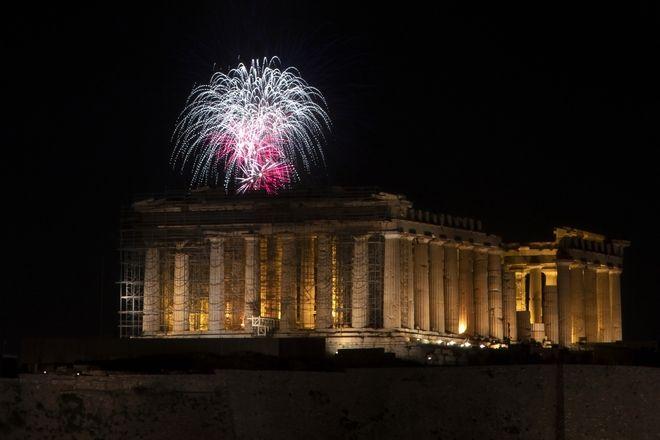 Πώς γιόρτασαν οι Έλληνες την Ανάσταση στα μπαλκόνια