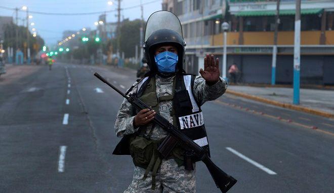 Στρατιώτης σε δρόμο του Περού περιορίζει την κυκλοφορία λόγω κορονοϊού