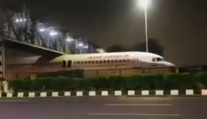 Αεροσκάφος κόλλησε κάτω από γέφυρα