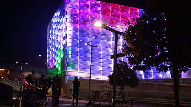 Εκπληκτικό βίντεο: Λύνοντας τον κύβο του Rubik, πάνω σε κτίριο