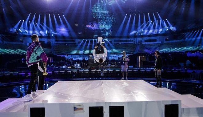 Ο Τσέχος τραγουδιστής την ώρα της πρόβας πάνω στη σκηνή