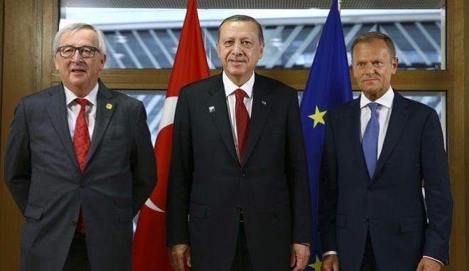 Ο πρόεδρος της Τουρκίας, Ρετζέπ Ταγίπ Ερντογάν, με τους επικεφαλής της Κομισιόν και του Ευρωπαϊκού Συμβουλίου, Ζαν Κλοντ Γιούνκερ και Ντόναλντ Τουσκ