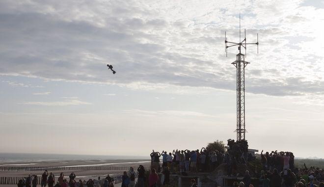 Ο Γάλλος εφευρέτης Φράνκι Ζαπάτα επάνω στο Flyboard