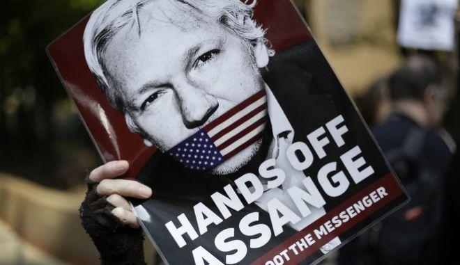 Διαδηλωτές υπέρ του Ασάνζ στο Λονδίνο