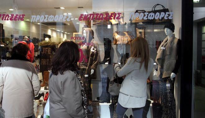 Πρώτη ημέρα των χειμερινών εκπτώσεων στα εμπορικά καταστήματα της οδού Ερμού, την Τρίτη 15 Ιανουαρίου 2013.  (EUROKINISSI/ΓΕΩΡΓΙΑ ΠΑΝΑΓΟΠΟΥΛΟΥ)