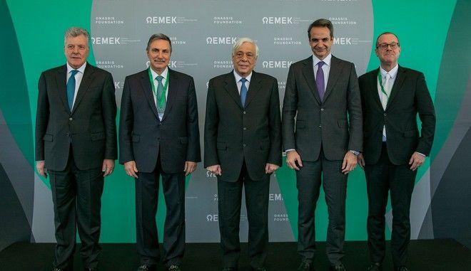 Την εκδήλωση της έναρξης κατασκευής του Ωνάσειου Εθνικού Μεταμοσχευτικού Κέντρου τίμησαν με την παρουσία τους ο Πρόεδρος της Δημοκρατίας κ. Προκόπιος Παυλόπουλος, ο Πρωθυπουργός κ. Κυριάκος Μητσοτάκης και ο Διευθυντής του Παγκόσμιου Οργανισμού Υγείας στην Ευρώπη κ. Χανς Κλουγκ (πρώτος από δεξιά). Μαζί τους διακρίνονται, από αριστερά προς τα δεξιά, ο Πρόεδρος του Ωνάσειου Καρδιοχειρουργικού Κέντρου κ. Ιωάννης Ν. Μπολέτης και ο Πρόεδρος του Ιδρύματος Ωνάση κ. Αντώνης Παπαδημητρίου.