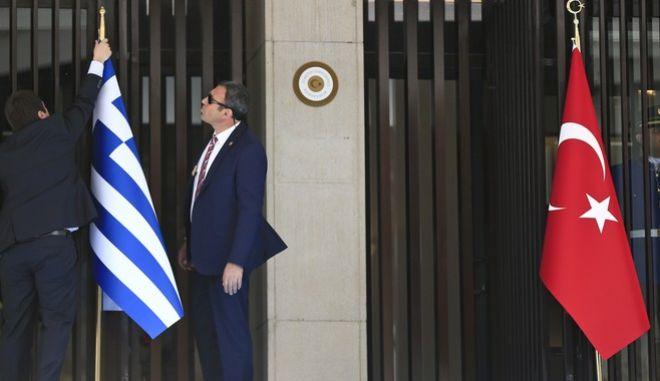 Σημαίες Ελλάδας και Τουρκίας έξω από το τουρκικό ΥΠΕΞ