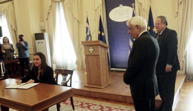 Παρουσία του Προέδρου της Δημοκρατίας, κ. Προκόπη Παυλόπουλου και του  Υπουργού Εξωτερικών, . Νίκου Κοτζιά  πραγματοποιηθηκε   η τελετή αποφοίτησης της ΚΒ΄ Εκπαιδευτικής Σειράς Υποψηφίων Ακολούθων Πρεσβείας.