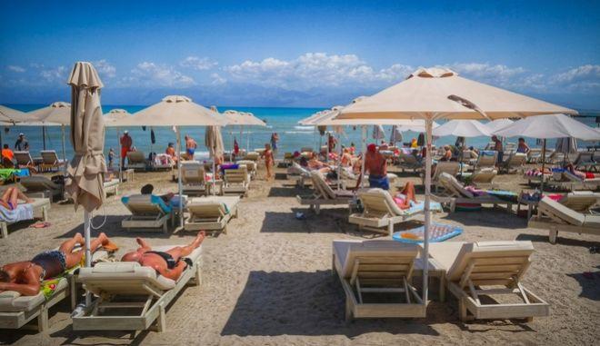 Στιγμιότυπο από την παραλία της Ρόδας στην Κέρκυρα