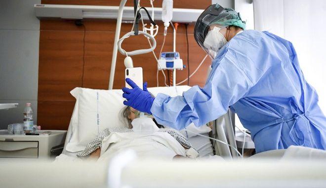 Υπεράνθρωπες οι προσπάθειες του υγειονομικού προσωπικού για να διατηρήσουν αξιοπρεπείς συνθήκες στις νοσηλείες.
