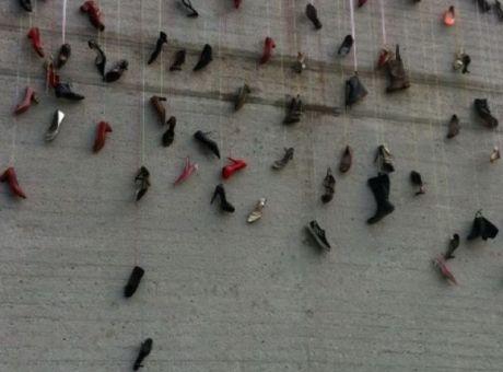 e04adb07f7 Ο Μπουτάρης κρέμασε γυναικεία παπούτσια στο δημαρχείο - Κοινωνία ...