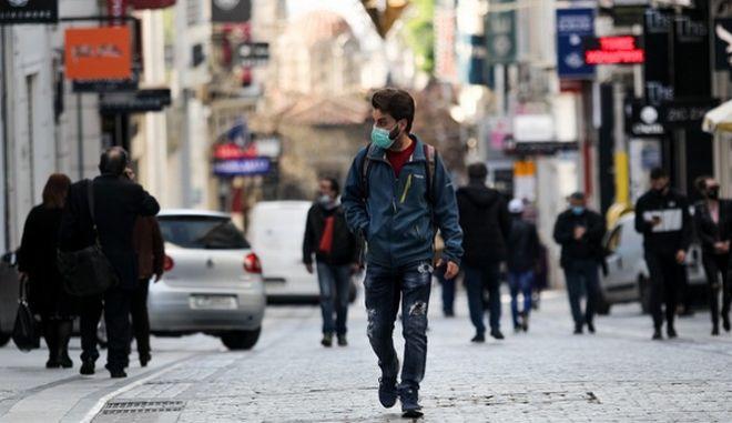 Άνθρωποι με μάσκα στο κέντρο της Αθήνας