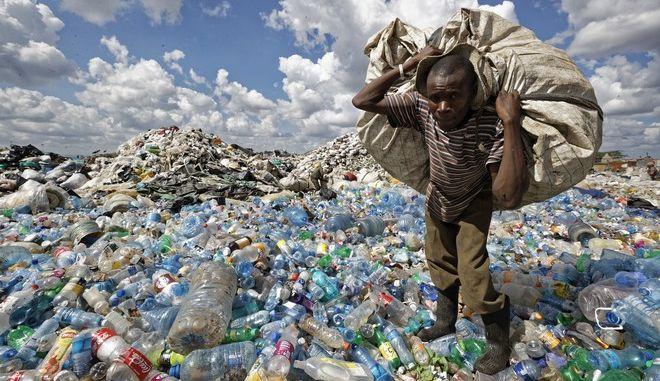 Βουνά από πλαστικά μπουκάλια στο Ναϊρόμπι της Κένυας