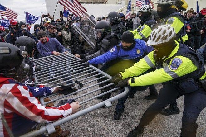 Διαδηλωτές στις ΗΠΑ σπάνε τον αστυνομικό κλοιό
