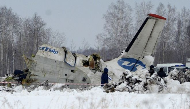 RETRANSMISSION FOR ALTERNATIVE CROP, UPDATING NUMBER OF DEAD AND INJURED  - Russian Emergency ministry rescue workers search the site of the ATR-72 plane crash outside Tyumen, a major regional center in Siberia, Russia, Monday, April 2, 2012.  A passenger plane crashed in Siberia shortly after take-off on Monday morning, killing 31 of the 43 people aboard, Russian emergency officials said, with 12 survivors were hospitalized in serious condition. The ATR-72, a French-Italian-made twin-engine turboprop, operated by UTair was flying from Tyumen to the oil town of Surgut with 39 passengers and four crew. (AP Photo/Marat Gubaydullin)