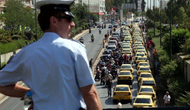 Με αυτοκινητοπομπή, η οποία κατέληξε στο Υπουργείο Υποδομών, οι οδηγοί ταξί διαμαρτύρονται για το άνοιγμα του επαγγέλματός τους, Τετάρτη 6 Ιουλίου 2011. (EUROKINISSI // ΓΙΑΝΝΗΣ ΠΑΝΑΓΟΠΟΥΛΟΣ)