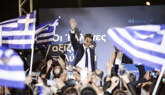 Τα γραφεία της τοπικής ΝΟΔΕ στο Μενίδι επισκέφθηκε σήμερα ο πρόεδρος της Νέας Δημοκρατίας, κ. Κυριάκος Μητσοτάκης, στο πλαίσιο της επετείου για τα 43 χρόνια από τότε που ο Κωνσταντίνος Καραμανλής δημοσίευσε την Ιδρυτική Διακήρυξη του κόμματος. Τετάρτη, 4 Οκτωβρίου 2017 (EUROKINISSI / ΠΑΝΑΓΙΩΤΗΣ ΣΤΟΛΗΣ)