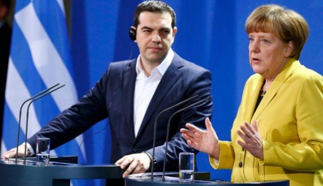 Spiegel: Το θέατρο του παραλόγου της Ευρώπης αναμειγνύεται με την ελληνική τραγωδία. Φταίει η σκηνοθέτιδα Μέρκελ