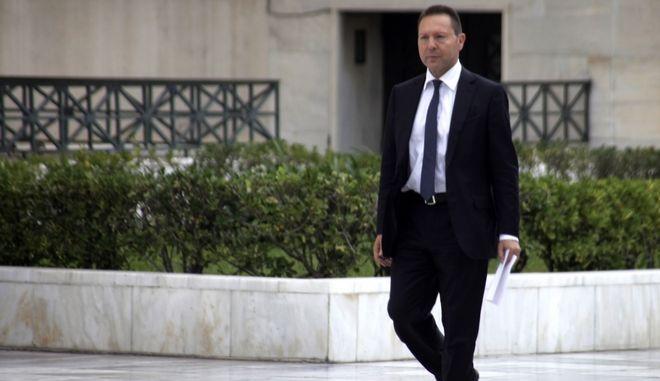 Ο διοικητής της Τράπεζας της Ελλάδας Γιάννης Στουρνάρας περπατά στο προαύλιο της Βουλής μετά την συνάντηση με τον πρόεδρο του ΣΥΡΙΖΑ Αλέξη Τσίπρα, την Πέμπτη 30 Οκτωβρίου 2014. (EUROKINISSI/ΓΙΩΡΓΟΣ ΚΟΝΤΑΡΙΝΗΣ)