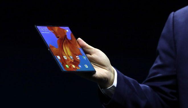 Στιγμιότυπο από την παρουσίαση του νέου smartphone της Huawei Mate X με αναδιπλούμενη οθόνη