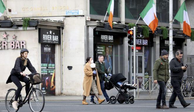 Ιρλανδοί στους δρόμους του Δουβλίνου εν μέσω πανδημίας