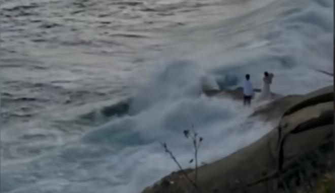 Ζευγάρι στις ΗΠΑ έβγαζε φωτογραφίες σε βράχια κοντά στον ωκεανό και τους πήρε το κύμα!