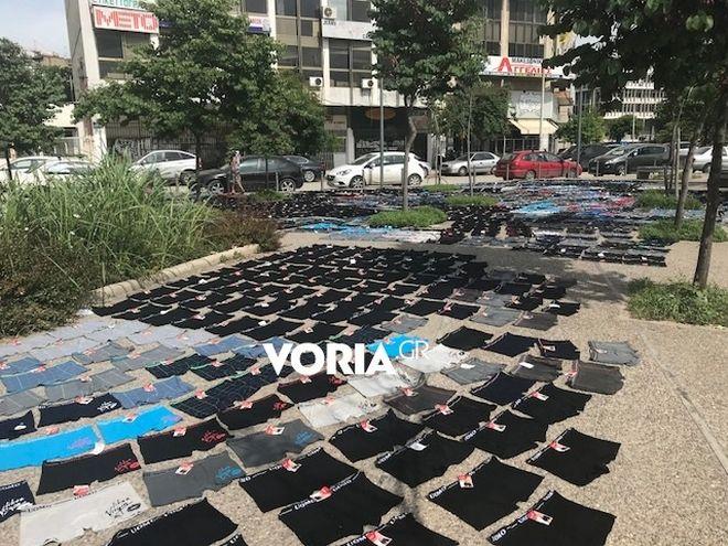 Θεσσαλονίκη: Έμπορος άπλωσε δεκάδες μποξεράκια στο πεζοδρόμιο για να στεγνώσουν