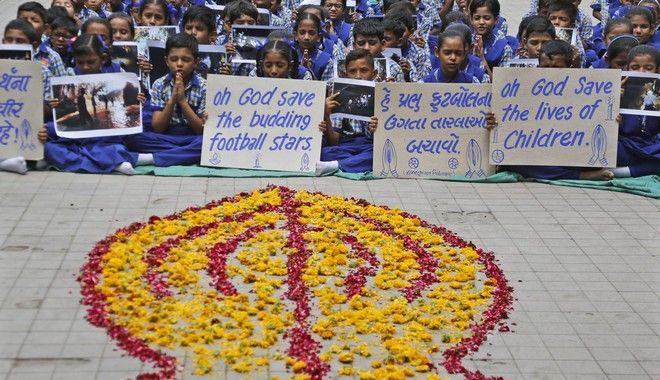 Μαθητές προσεύχονται για την τύχη των παιδιών που παραμένουν εγκλωβισμένα στο σπήλαιο