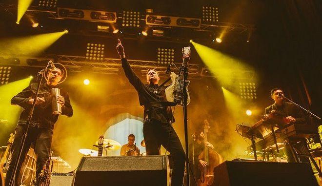 Ο τραγουδιστής των Calexico ανακοίνωσε την συναυλία τους στην Αθήνα από την κουζίνα του