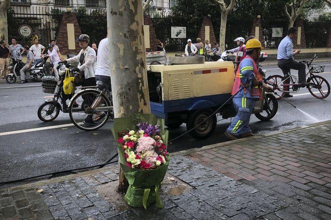 Λουλούδια στη μνήμη των δύο μαθητών που έχασαν τη ζωή τους κατά την επίθεση με μαχαίρι