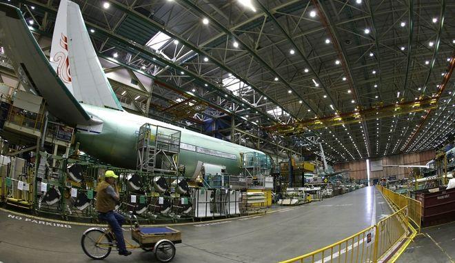 Ένας εργαζόμενος κάνει βόλτα  κατά μήκος της γραμμής συναρμολόγησης της Boeing Co. 777