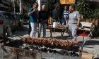 Παρέα Αθηναίων ψήνουν κρέατα στα κάρβουνα με αφορμή την Τσικνοπέμτη