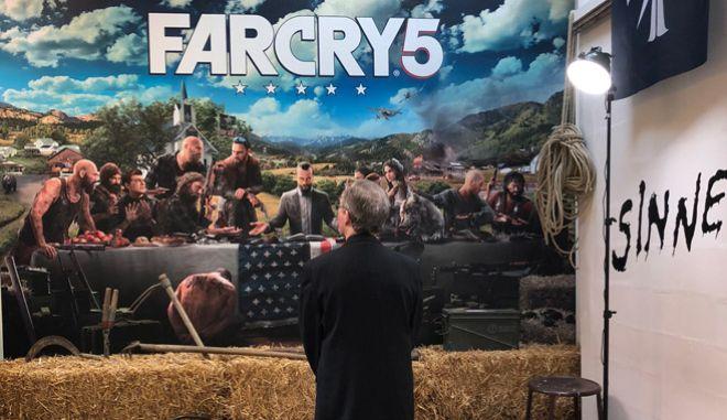 O Rick Alan Ross κοιτάει την αφίσα του Far Cry 5 στο event της Ubisoft στο Παρίσι