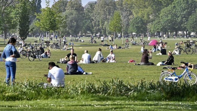 Γερμανοί απολαμβάνουν τον ήλιο σε πάρκο στο Ντίσελντορφ