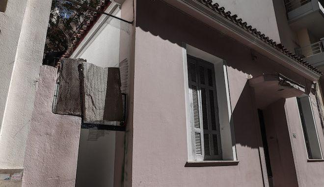 Το σπίτι στα Πατήσια όπου βρέθηκε νεκρός 90χρονος άνδρας, 19 Απριλίου 2021.