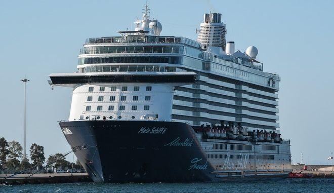 """Το κρουαζιερόπλοιο """"Mein Schiff 6"""", στο λιμάνι του Πειραιά"""
