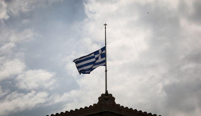 Μεσίστιες οι σημαίες για τους νεκρούς από τις φωτιές στην Αττική