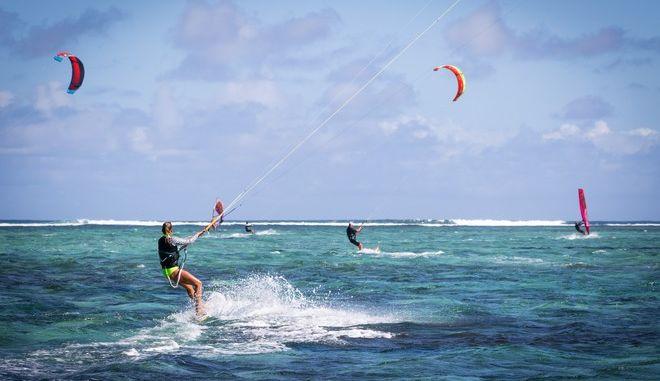 Νάξος: 29χρονη τουρίστρια τραυματίστηκε σοβαρά κάνοντας kite surf