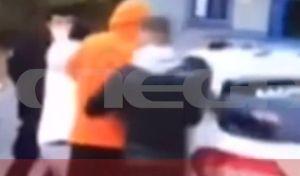 Θεσσαλονίκη: Η στιγμή της επίθεσης σε δύο αστυνομικούς- Ήθελαν να απελευθερώσουν φίλο τους