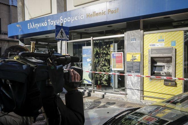Το μηχάνημα αυτόματης ανάληψης χρημάτων (ΑΤΜ) που ανατίναξαν άγνωστοι, τα ξημερώματα της Τρίτης 30 Ιανουαρίου 2018, στα Πετράλωνα. Σύμφωνα με την αστυνομία, στις 04:30, οι δράστες προκάλεσαν έκρηξη, πιθανότατα με την παροχέτευση αερίου, σε ΑΤΜ που βρίσκεται σε υποκατάστημα των ΕΛΤΑ, στη συμβολή των οδών Φυλασίων και Κειριάδων. Αφού πήραν τις κασετίνες με τα χρήματα οι δράστες τράπηκαν σε φυγή, ενώ η αστυνομία διενεργεί έρευνες για τον εντοπισμό και τη σύλληψή τους. (EUROKINISSI/ΓΙΑΝΝΗΣ ΠΑΝΑΓΟΠΟΥΛΟΣ)